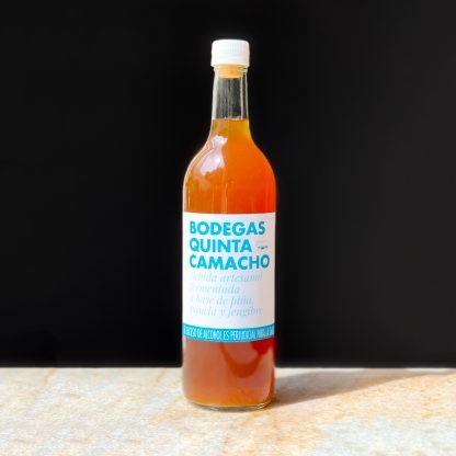 botella de bebida artesanal fermentada de piña, panela y jengibre.